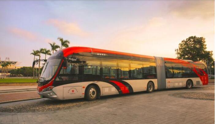 5G第一车 银隆新能源18米海豚公交车驶入成都二环