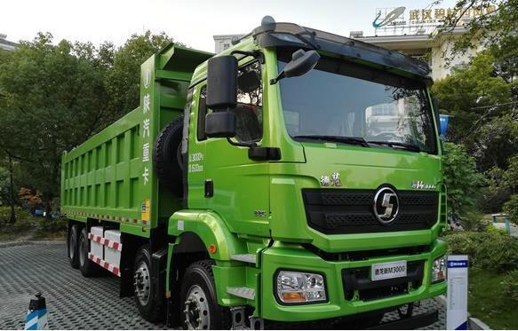 陕汽德龙新M3000 8×4电动自卸车亮相年中会 续航超120KM