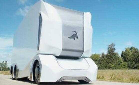 全球首台4级自动驾驶电动卡车T-Pod在瑞典公路运送货物