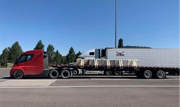 特斯拉电动卡车Semi最大续航或达1000KM 满载36吨|明年生产