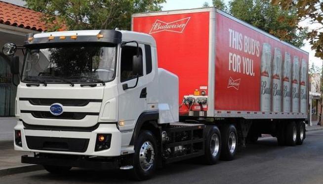 比亚迪电动卡车和尼古拉氢燃料卡车完成百威啤酒零排放任务