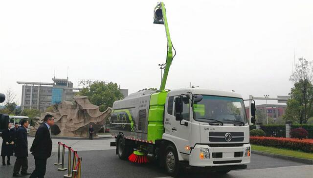 中联电动环卫车暨多气超级扫路车,智能高炮复合作业抑尘车发布